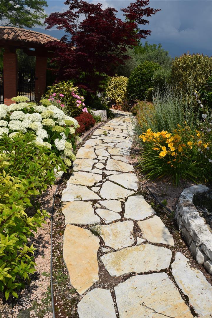 Sassi rocce per usi vari - Camminamento pietra giardino ...